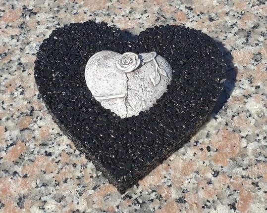 dekorácia na hrob v tvare srdca