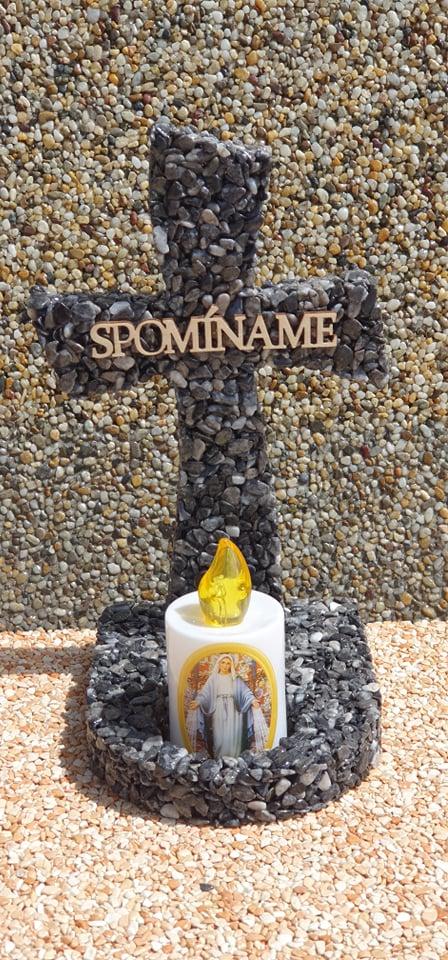 smútočná dekorácia na hrob